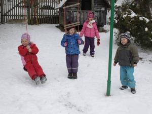 Děti z lesní školky Hájenka ve Zborné tráví většinu dne venku, na zahradě i v lese. Nevadí jim ani mráz a sníh. Až se oteplí, budou se učit pěstovat vlastní zeleninu. Autor: Deník/ Zuzana Musilová